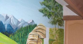Peinture de montagne dans un couloir