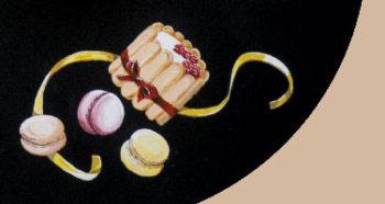 Des gâteaux en trompe l'œil sur un guéridon